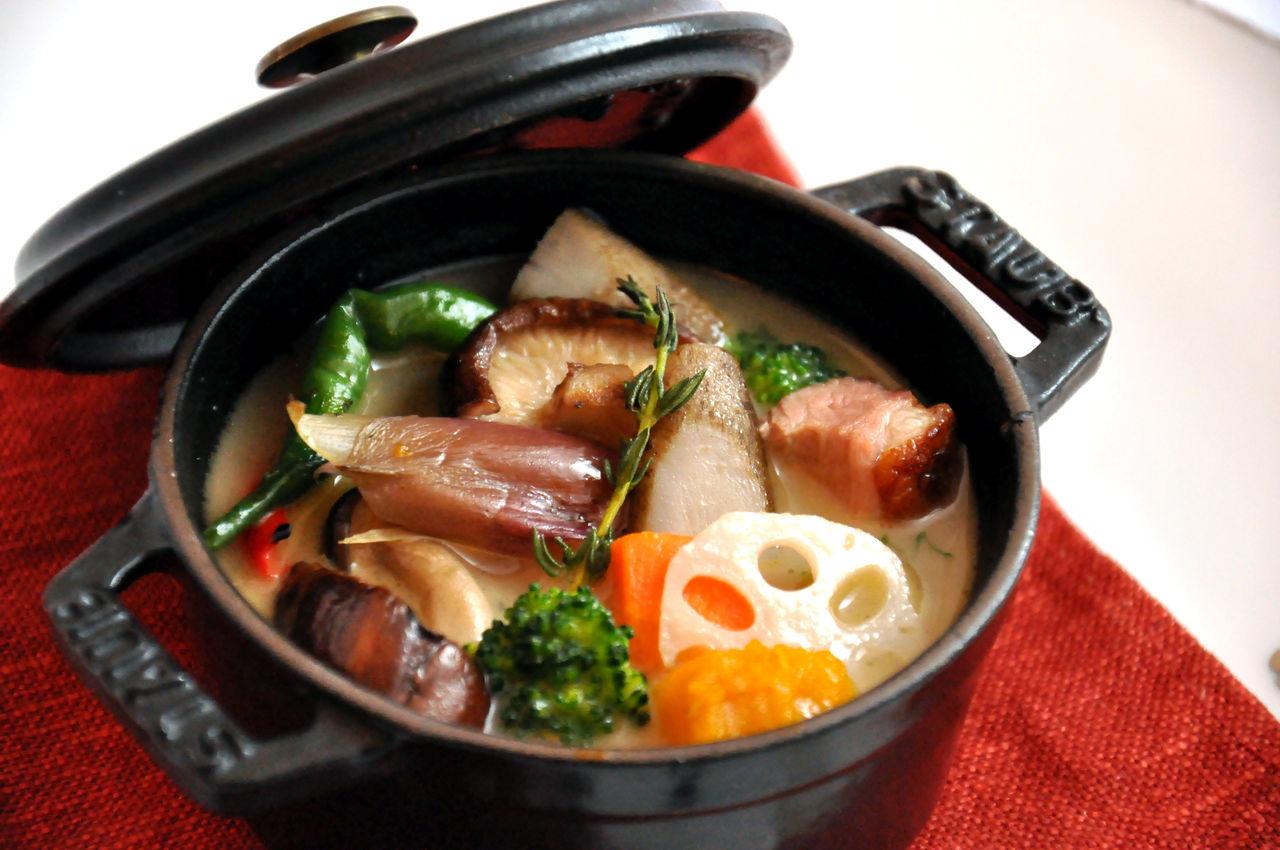 素材の旨みを逃がさない!話題の鍋ストウブで作る簡単レシピ5選のサムネイル画像