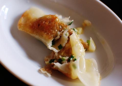 美味しくてジューシー!キャベツを使った餃子のレシピ5選!のサムネイル画像