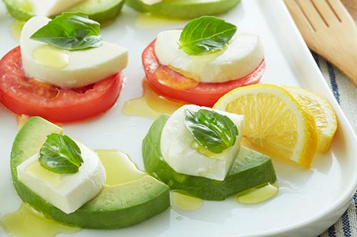 彩り綺麗♪トマトとアボカドで簡単美味しいおすすめレシピをご紹介♪のサムネイル画像
