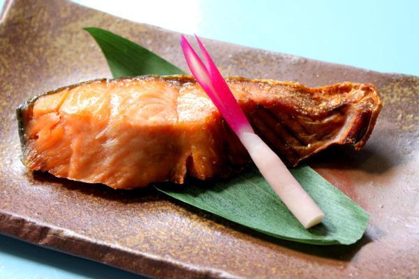 使い勝手抜群!お酒の肴にもお弁当にも合う鮭の人気レシピ5選!のサムネイル画像