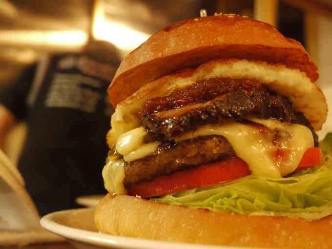気軽に美味しい!種類もいろいろハンバーガーのおすすめレシピ5選!のサムネイル画像