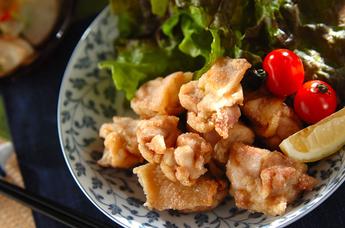 カリッとジューシー!色々な味付けで楽しむ鳥のから揚げレシピのサムネイル画像