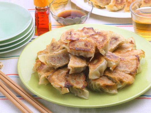 冷凍餃子もパリッと羽根つき!おいしい餃子の焼き方いろいろのサムネイル画像
