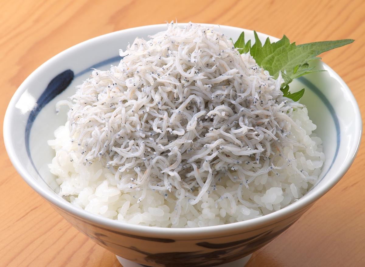 栄養満点!手軽に作れて、とっても美味しいしらす丼のレシピをご紹介のサムネイル画像