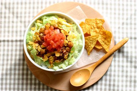 彩り・味・栄養バランスの優秀な丼物。タコライスの絶品レシピ5選のサムネイル画像