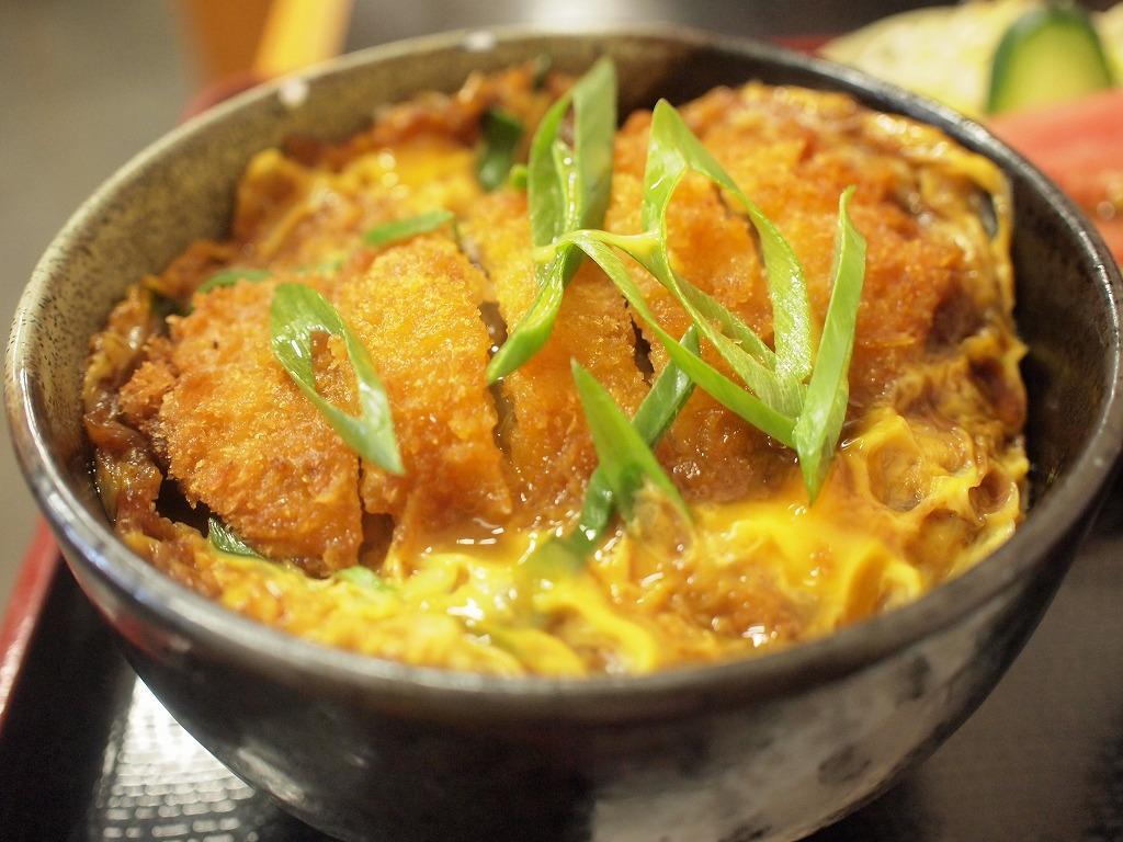 ボリューム満点!お腹がいっぱいになるカツ丼のレシピを紹介します。のサムネイル画像