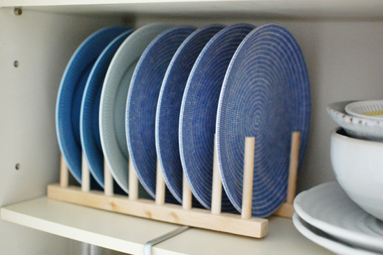狭いキッチンにもおすすめ!上に家電が置けるコンパクト食器棚7選のサムネイル画像